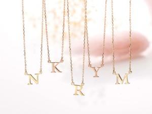 ゴールドのイニシャルネックレスをプレゼント