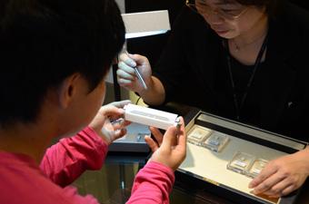 EIKODOでは、ダイヤモンドをケースから出して直接目で見てわかりやすく色の違いをご説明させて頂いております。